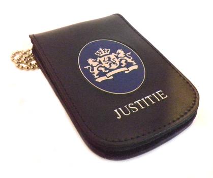 Ovaal rijkslogo in legitimatie houder + tekst JUSTITIE
